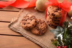 装饰的圣诞节桌用在木桌上的曲奇饼举起了vi 库存照片