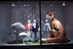 装饰的圣诞节陈列H & M在摄政的街道上 免版税库存照片