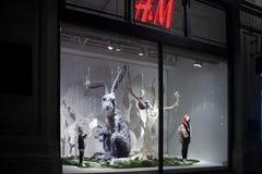 装饰的圣诞节陈列H & M在摄政的街道上 免版税库存图片