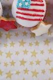 装饰的在桌上安排的杯形蛋糕和曲奇饼 免版税库存照片