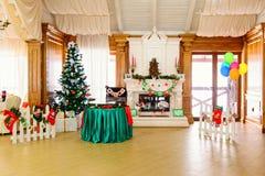 装饰的地方在圣诞节时间的餐馆 免版税图库摄影