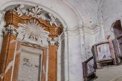 装饰的墙壁在腐朽的教会里 免版税库存图片