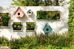 装饰的墙壁垂直的庭院,背景 免版税库存照片