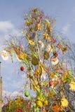 装饰的复活节布拉格传统结构树 免版税库存照片