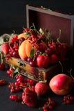 装饰的小箱用果子和莓果 免版税库存图片