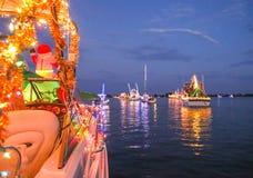 装饰的小船线参加佛罗里达假日小船 免版税库存图片