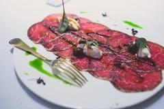 装饰的承办的宴会桌用另外食物 免版税图库摄影