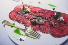 装饰的承办的宴会桌用另外食物 免版税库存图片