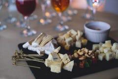 装饰的承办的宴会桌用另外食物 免版税库存照片