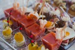 装饰的承办的宴会桌用另外食物 图库摄影