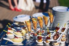 装饰的承办的宴会桌用另外食物 库存图片