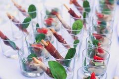 装饰的承办的宴会桌用另外食物 库存照片