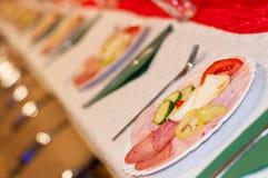 装饰的承办的宴会桌用开胃菜 选择聚焦 免版税库存图片