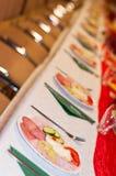 装饰的承办的宴会桌用开胃菜 选择聚焦 库存照片