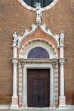 装饰的教会门在威尼斯 库存照片