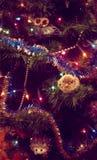 装饰的新年度或圣诞树&动物玩具 免版税库存图片