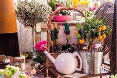 装饰的构成 橙色 茶的水壶 园艺工具 bataan 花盆 免版税库存照片