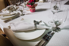 装饰的桌板材、叉子、玻璃与动物银色小雕象和鸟 库存图片