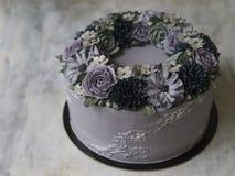 装饰的灰色奶油蛋糕与在土气木背景的黑暗的buttercream花 万圣夜蛋糕 黑蛋糕 关闭 免版税库存照片