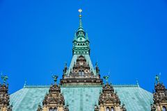 装饰的绿宝石上色了美丽的著名Rathaus汉堡城镇厅的屋顶和门面Altstadt处所的,汉堡 库存图片