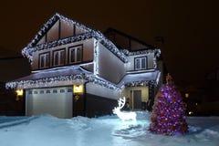 装饰的花彩冷杉房子最近的立场结构&# 免版税库存照片