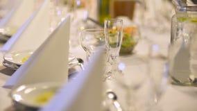装饰的重点珍珠瓣玫瑰浅表婚礼 有花的结婚宴会地点 股票录像
