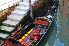 装饰的长平底船在威尼斯,意大利 免版税库存图片