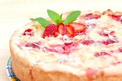 装饰的饼成熟草莓 免版税图库摄影