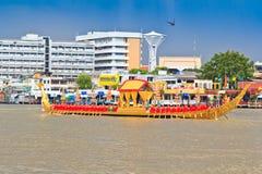 装饰的驳船游行通过盛大宫殿在昭披耶河 库存图片