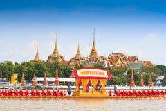 装饰的驳船游行通过盛大宫殿在昭披耶河 免版税图库摄影