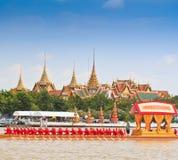 装饰的驳船游行通过盛大宫殿在昭披耶河 免版税库存图片