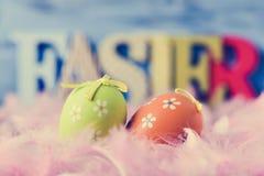 装饰的鸡蛋、羽毛和词复活节 图库摄影
