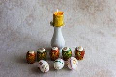 装饰的鸡蛋和一个蜡烛为正统复活节假日 图库摄影
