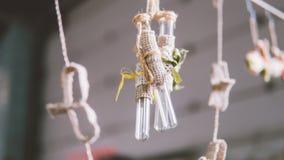 装饰的玻璃小瓶在boho样式 在事件的玻璃装饰 葡萄酒玻璃烧瓶 浅的重点 免版税库存图片