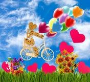 装饰矮小的人的图象一辆自行车的反对天空 免版税图库摄影