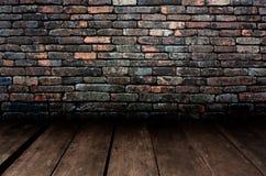 装饰石墙和木头地板的样式浮出水面 免版税库存照片
