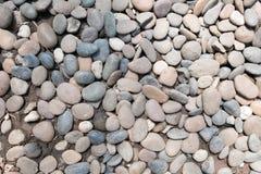 装饰石头小卵石背景 圆的石渣纹理庭院 免版税库存图片