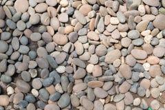 装饰石头小卵石背景 圆的石渣纹理庭院 免版税图库摄影