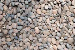 装饰石头小卵石背景 圆的石渣纹理庭院 图库摄影