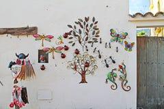 装饰礼物在老街道上的待售在Besalu,西班牙 免版税库存照片