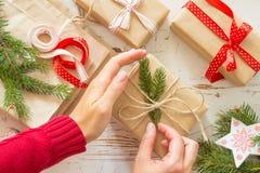 装饰礼物的女性手 免版税库存照片