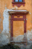 装饰窗口在一个老庄园房子里 免版税库存图片