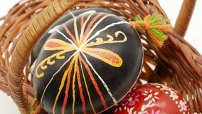 装饰篮子用在白色背景的被绘的复活节彩蛋 股票视频