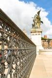 装饰篱芭和纪念碑的雕象给胜者伊曼纽尔II 免版税图库摄影
