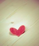 装饰红色心脏葡萄酒样式在木背景,情人节的概念的 免版税库存照片