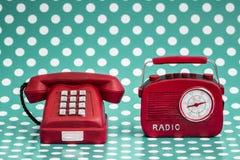 装饰红色收音机和电话有减速火箭的神色的 免版税库存图片
