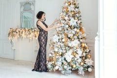装饰结构树妇女年轻人的圣诞节 免版税图库摄影