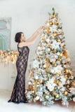 装饰结构树妇女年轻人的圣诞节 库存图片