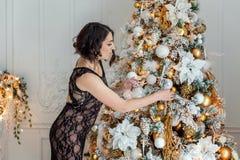 装饰结构树妇女年轻人的圣诞节 免版税库存图片