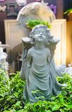 装饰美丽的逗人喜爱的天使雕象在庭院里 库存照片